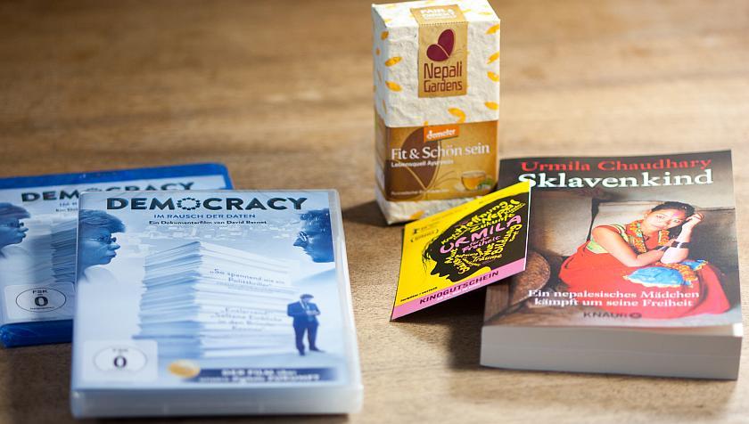 DVD des Films Democracy uund Fanpaket zum Film Urmilia