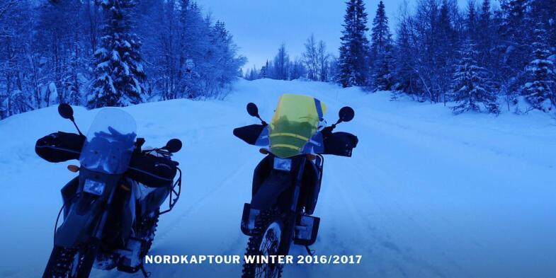 Foto von zwei Motorräderm an einer schneebedeckten Straße