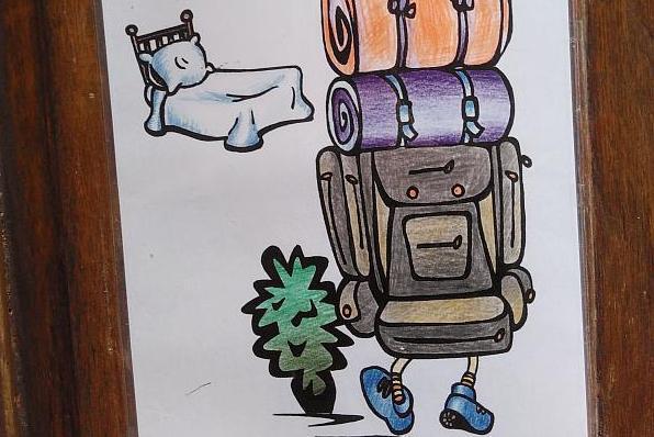 Zeichnung eines Wanderers mit Riesenrucksack und einem Bett.