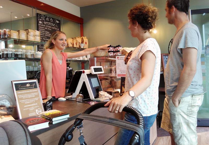 Alessandra erklärt Kunden die Umweltkampagne