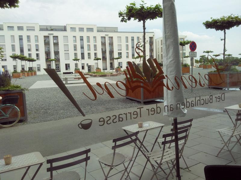 Blick aus dem Laden auf dei Pfaffengrunder Terrasse