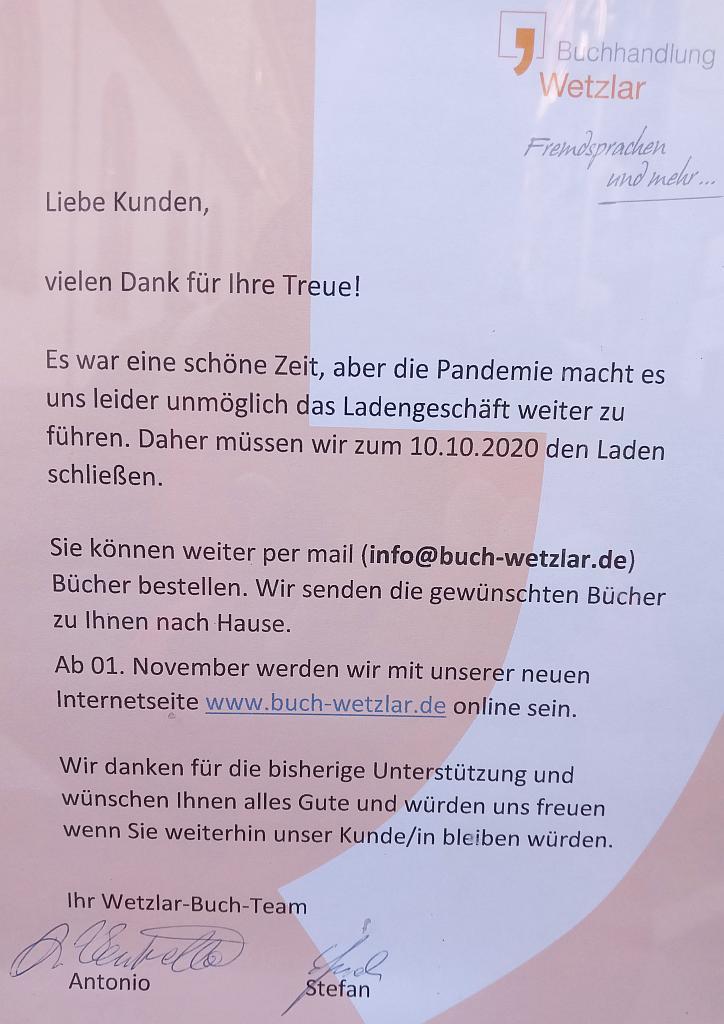 Foto des Abschiedsbriefs am Schaufenster der Buchhandlung Wetzlar in der Plöck.