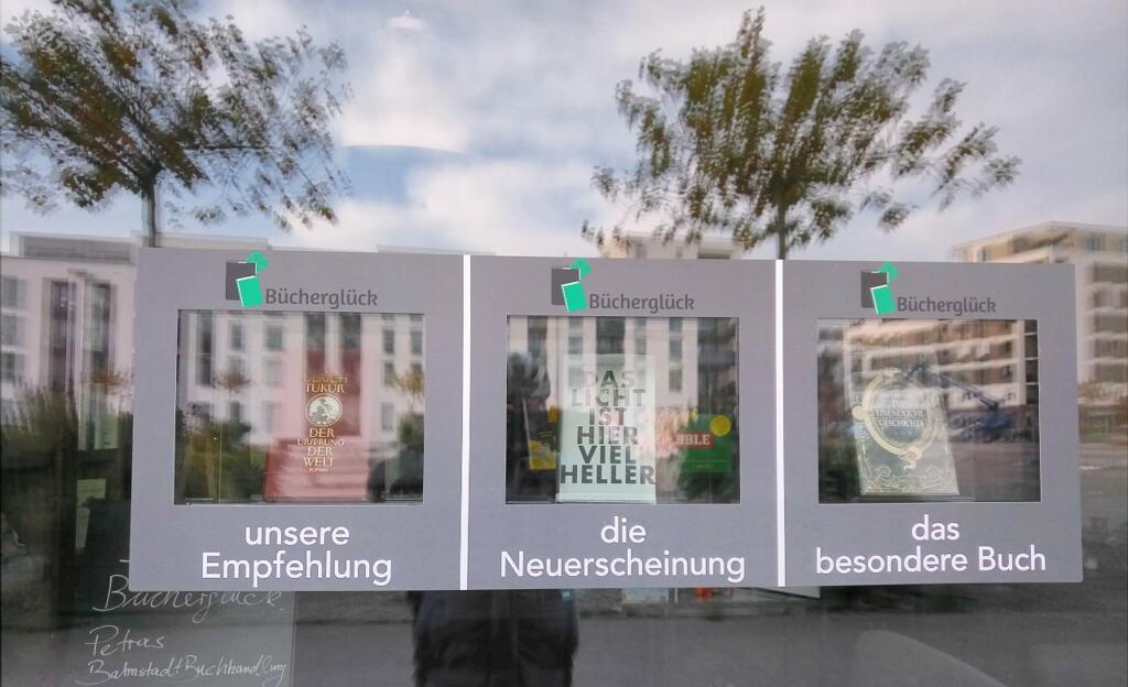 Im Schaufenster werden drei Bücher vorgestellt.