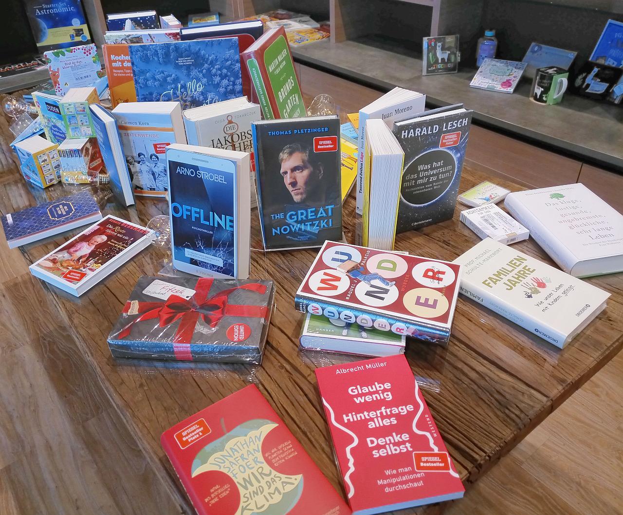 Auf einem Tisch stehen und liegen mehrere Bücher.
