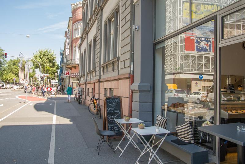 Blick von außen auf das Café und die Umgebung am Bismarckplatz