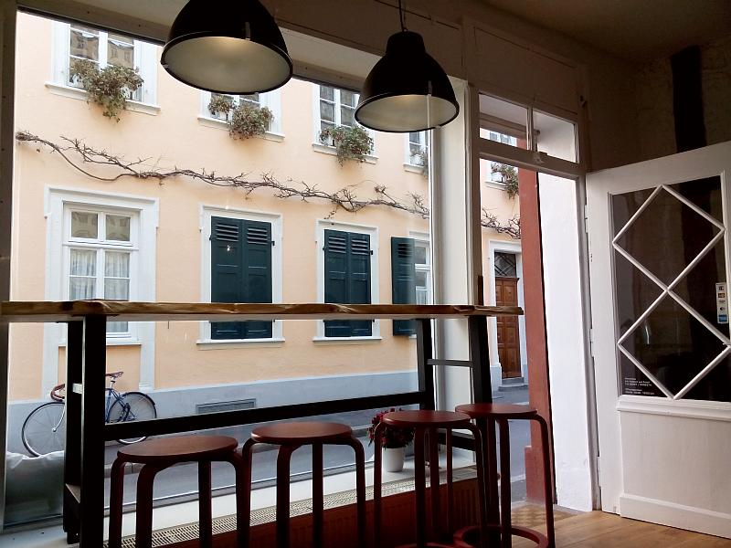 Eine theke mit Hockern an einem Schaufenster mit Blick auf die Straße