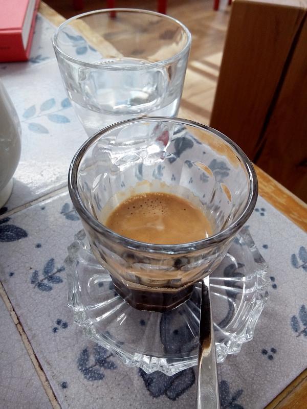 Doppelter Espresso im Glas mit schöner Crema