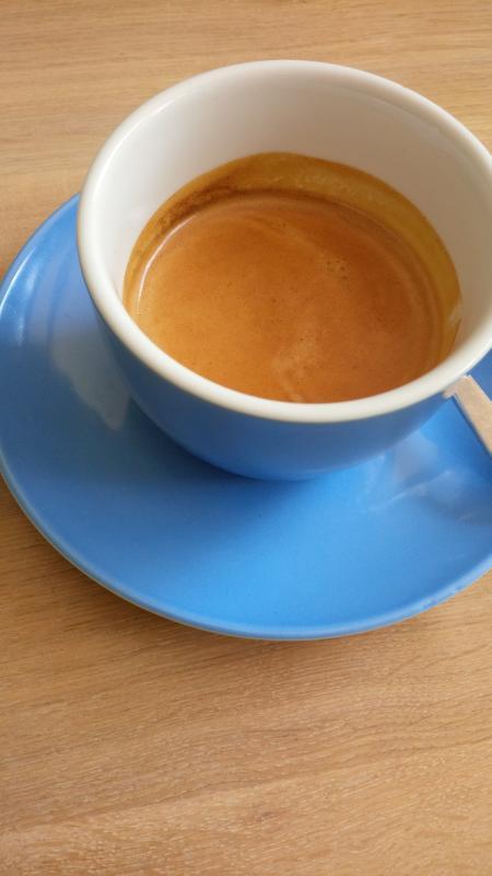 Der doppelte Espresso in einer blauen Tasse.