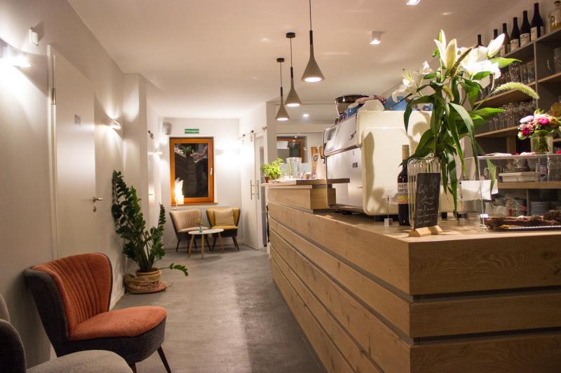 Blick auf die Theke und den Innenbereich des Cafés.