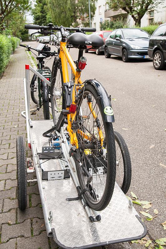 Auf dem Anhänger festgemachtes Fahrrad.