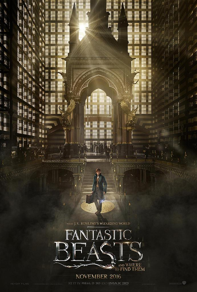 In einer großen Halle steht ein Zauberer mit seinem Koffer