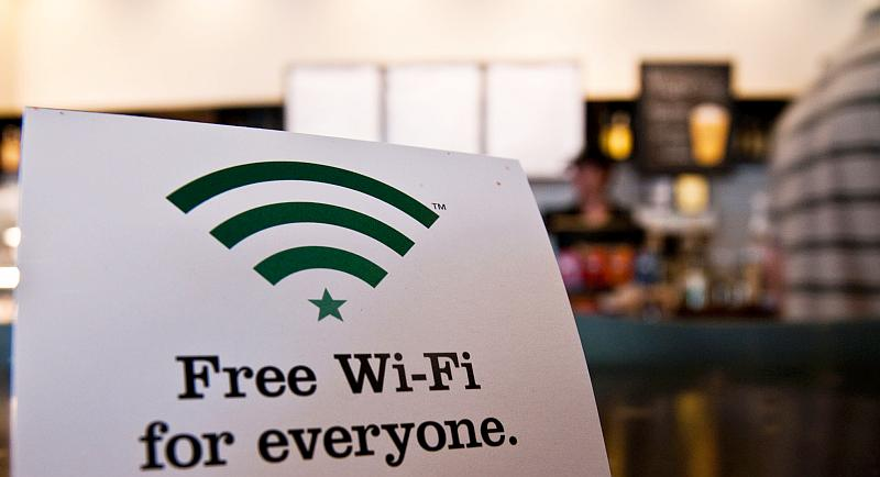 """Ein Schild in einem Café mit der Aufschrift """"Free Wi-Fi for everyone"""""""