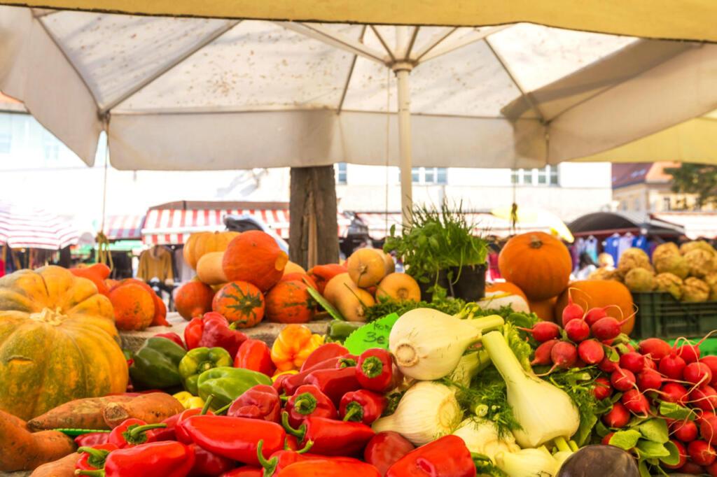 Marktstand mit einer bunten Gemüseauswahl.