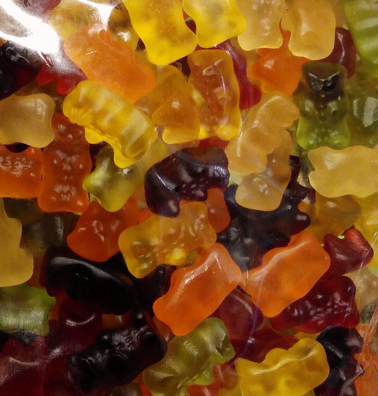 Nahaufnahme von bunten Fruchtsaft-Gummibärchen ohne Gelatine