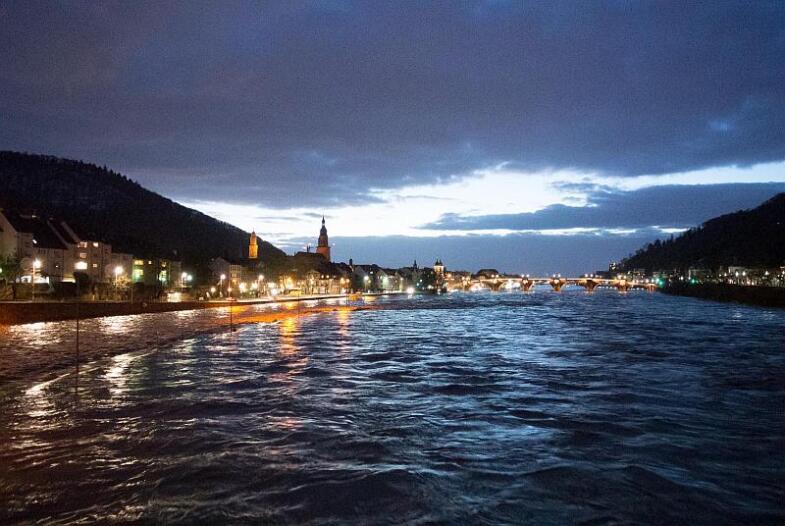 Nachtaufnahme der Skyline, Links das Ufer der Altstadt und im Zentrum die beleuchte Alte Brücke Heidelbergs