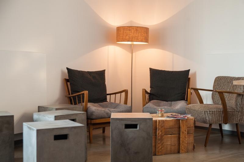 Ein gemütliches Eck mit Stehlampe, Sesseln und Boxen auf denen Du sitzen kannst