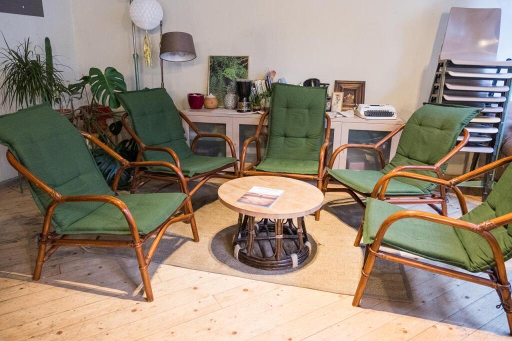 Eine Sitzecke mit fünf gemütlichen Stühlen.
