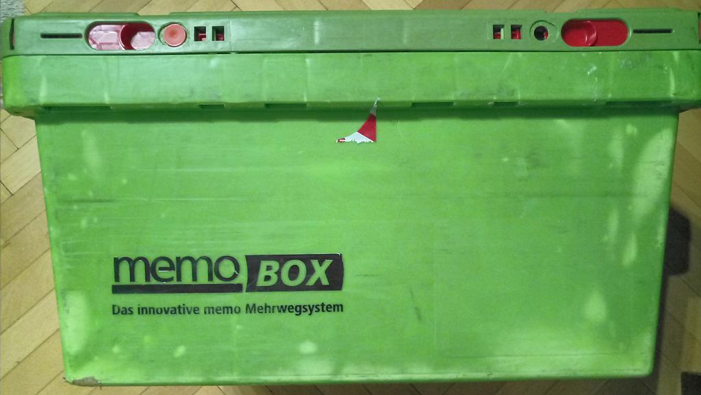 Grüne Plastiktransportbox mit der Aufschrift memo