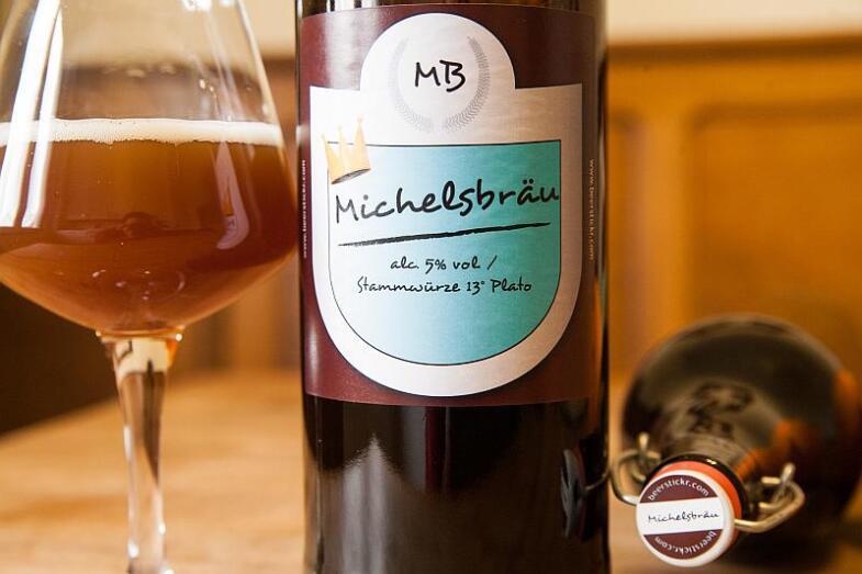 """Foto der Literflasche mit selbstgestalteten Etikett mit der Aufschrift """"Michelbräu"""""""