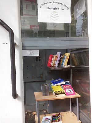 Blick auf eine Telefonzelle in der Bücher liegen