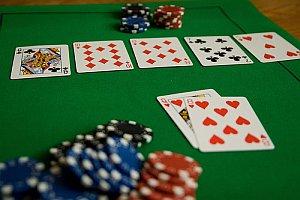 Pokerspiel und Spielchips