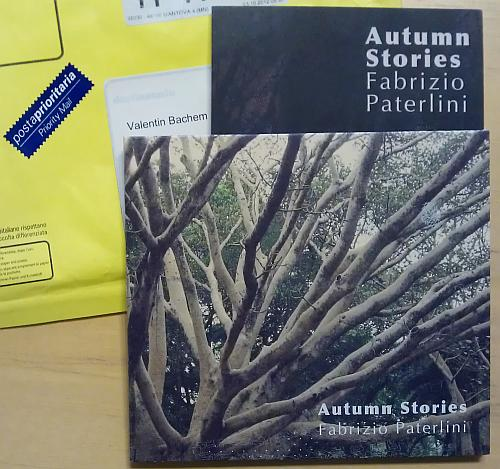 CD Autumn Stories von Fabrizio Paterlini im Vordergrund, dahinter in gelber wattierter Briefumschlag mit italienischer Beschriftung