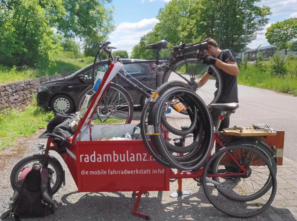 Die Radambulanz repariert ein Fahrrad vor Ort.