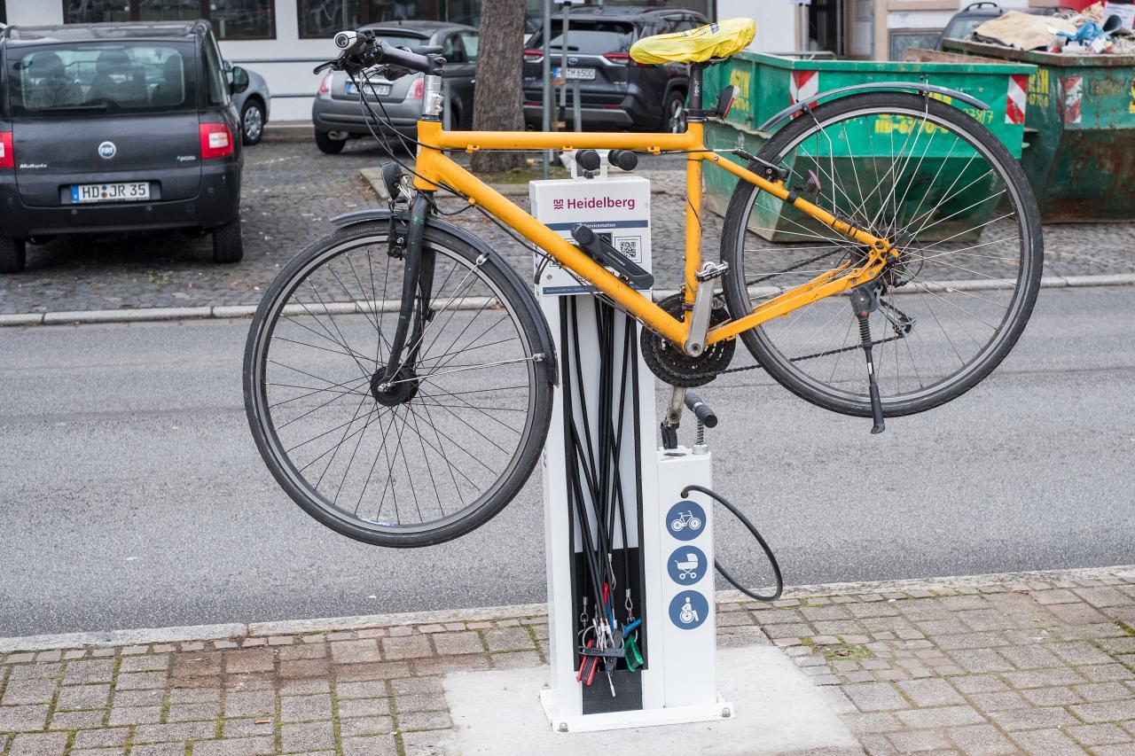 Ein Fahrrad ist auf der Radservicestation aufgehängt.