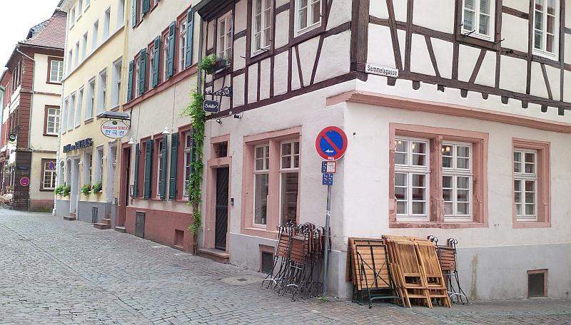 Haus mit Fachwerk Ecke Semmelsgasse. Außenbestuhlung ist noch nicht aufgebaut.