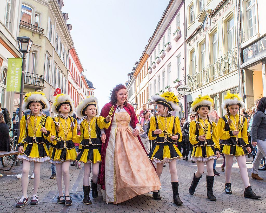 Liselotte von der Pfalz mit Kindern in Kostüm.