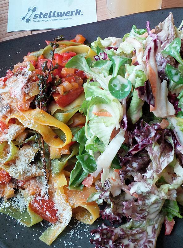 Teller mit Salat, Nudeln und Gemüse
