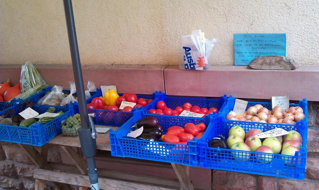 Stand an einer Straße mit verschiedenem Obst und Gemüse