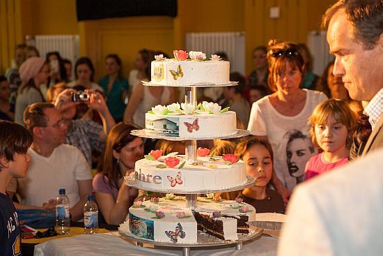 Geburtstagstorte, Menschen im Hintergrund, Rechts steht der Oberbürgermeister