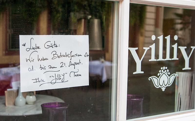 Foto eines Fensters mit dem Hinweis, dass das Café bis 21. August wegen Betriebsferien geschlossen ist.