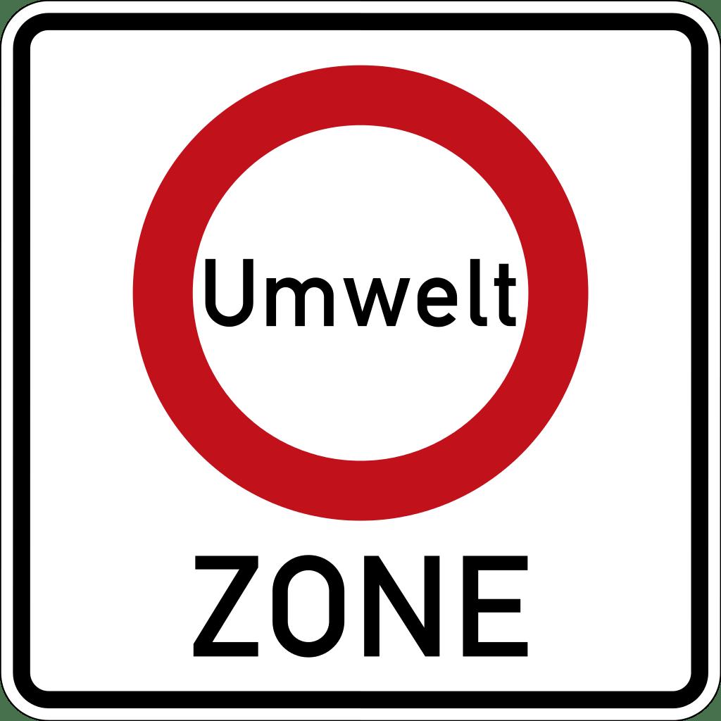 """Hinweisschild mit der Aufschrift """"Umwelt Zone"""". Um das Wort Umwelt ist ein roter Kreis."""
