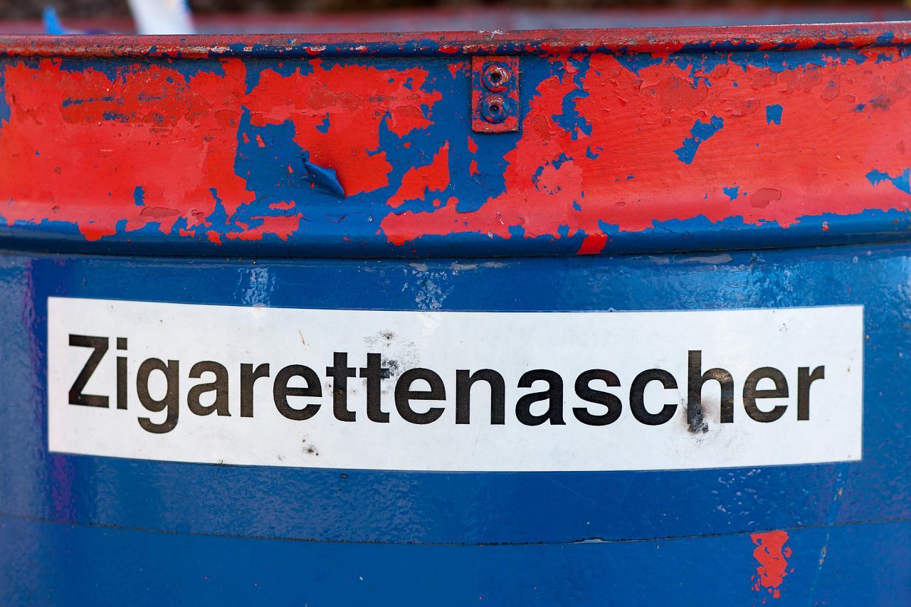 Blau Rote Tonne mit der Aufschrift Zigarettenascher