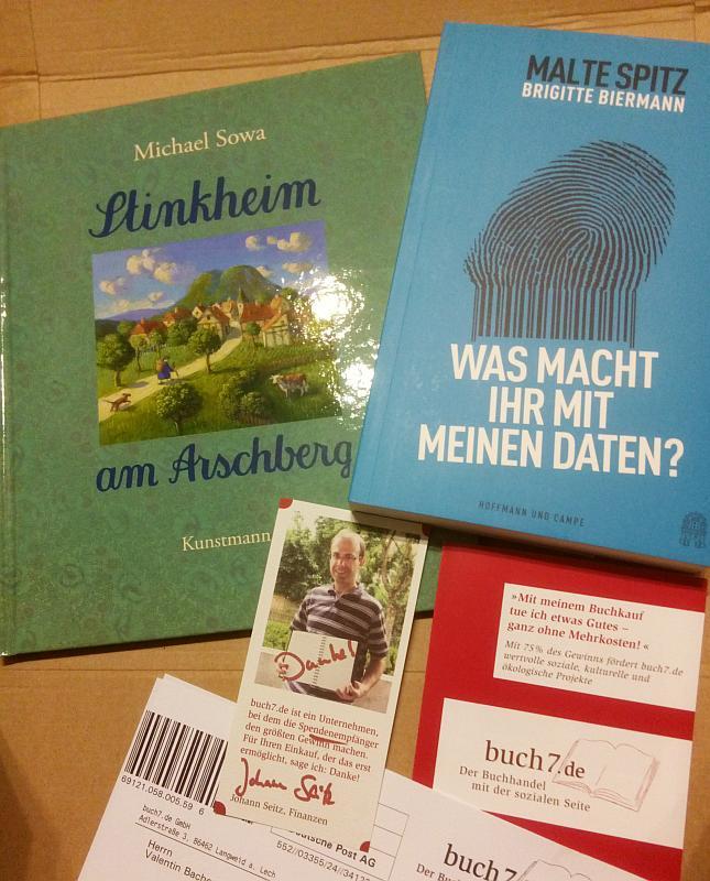 Ausgepackt zwei Bücher, ein Flyer, Lieferschein und Dankeskarte