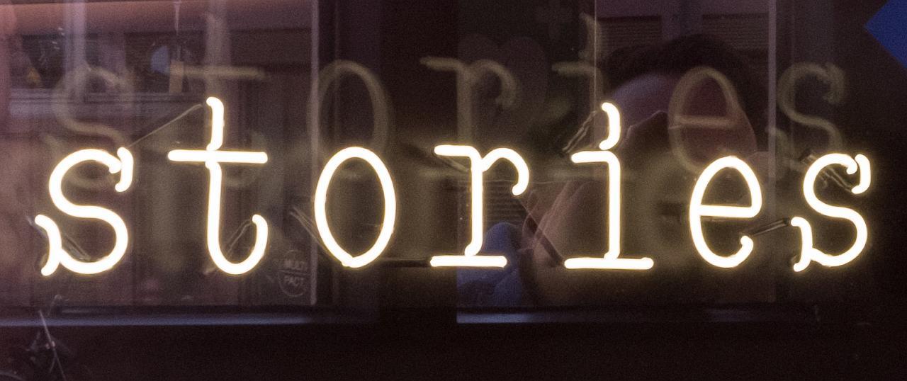 """Schriftzug """"stories"""""""